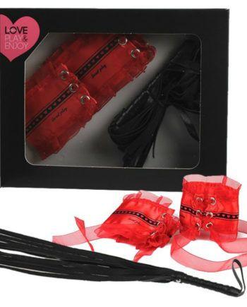 91D-215808 - SexyPlay.es  Set 2 pzs látigo negro + esposas rojo satén